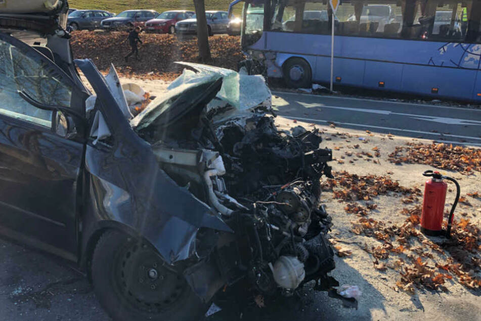 Horror-Unfall mit Schulbus und Auto: Fahrer tot, mehrere Kinder verletzt