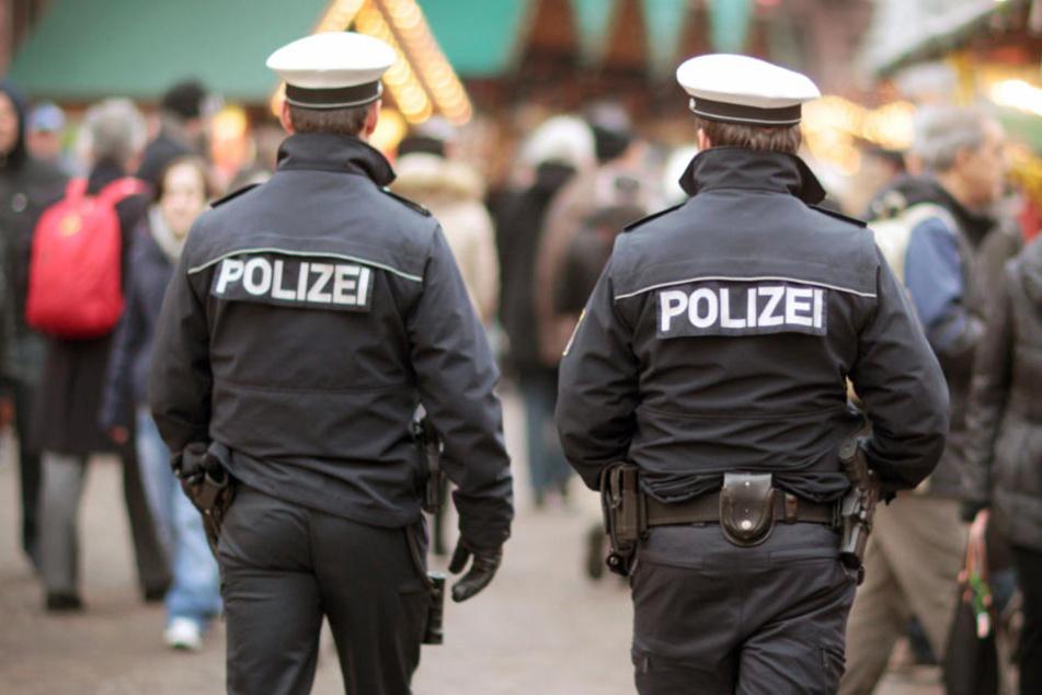 Betrunkene greift auf Weihnachtsmarkt erst Besucher an, dann die Polizei