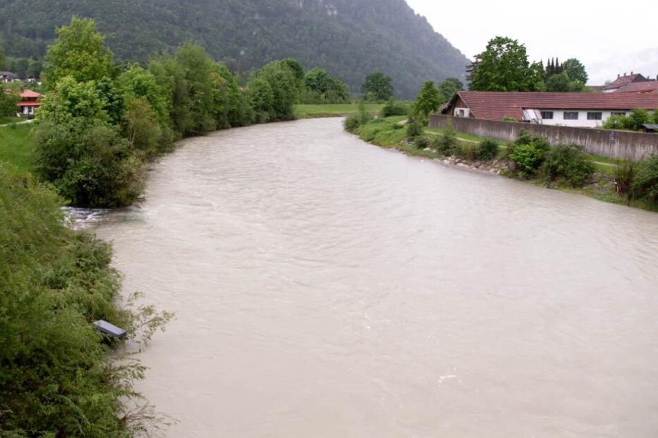 In Bayern können Flüsse aufgrund des Dauerregens über die Ufer treten. (Archivbild)