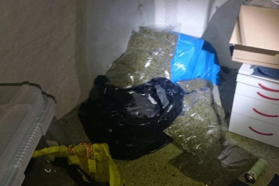 In einem Lager in Neukölln wurden mehr als 100 Kilo Gras sichergestellt.