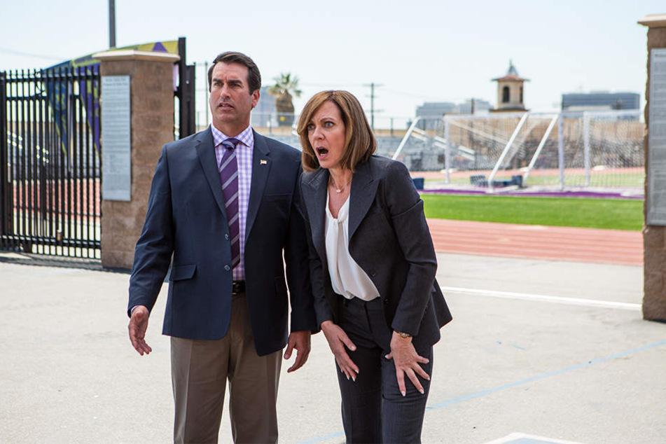 Die beiden Highschool-Lehrer (Rob Riggle) und (Allison Janney) finden auf dem Schulhof eine Leiche und sind mit dieser Situation völlig überfordert.