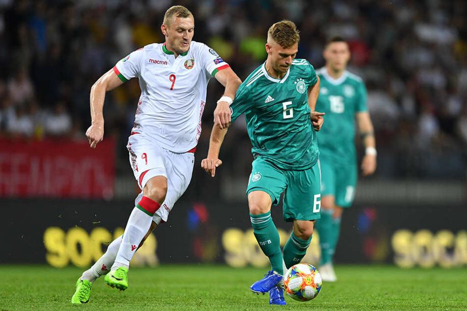 Joshua Kimmich und Denis Laptew (Denis Laptev) im Zweikampf um den Ball.