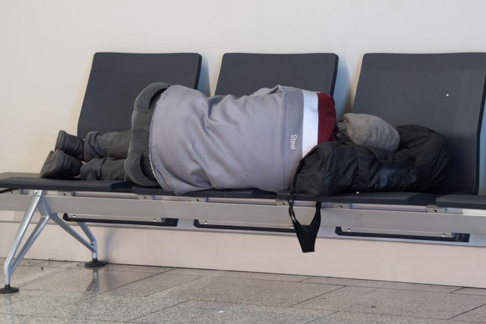 Der Obdachlose hatte trotz Hausverbot am Flughafen geschlafen. (Symbolbild)