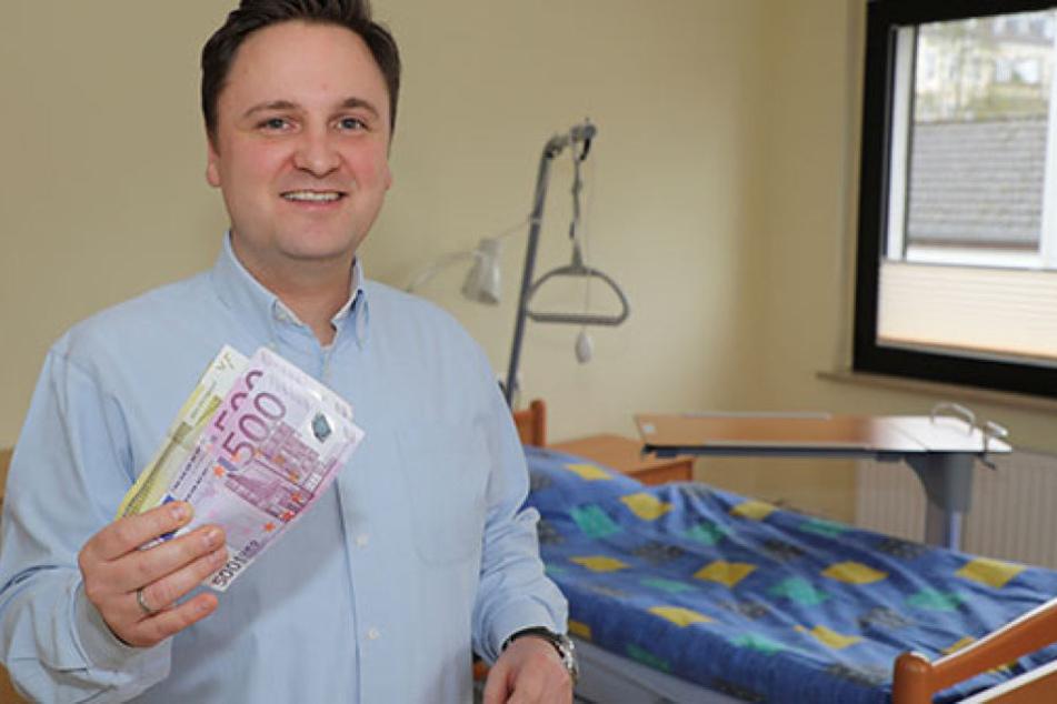 Lucas Weiß, Geschäftsführer vom Hospizhaus Wolfsburg, freut sich über den warmen Geldsegen.