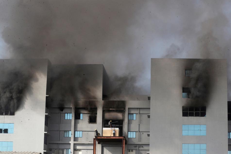 """Feuerwehrleute versuchen, das Feuer im Gebäude des """"Serum Institute of India"""" in Pune, dem weltgrößten Impfstoffproduzenten in Indien, zu löschen."""