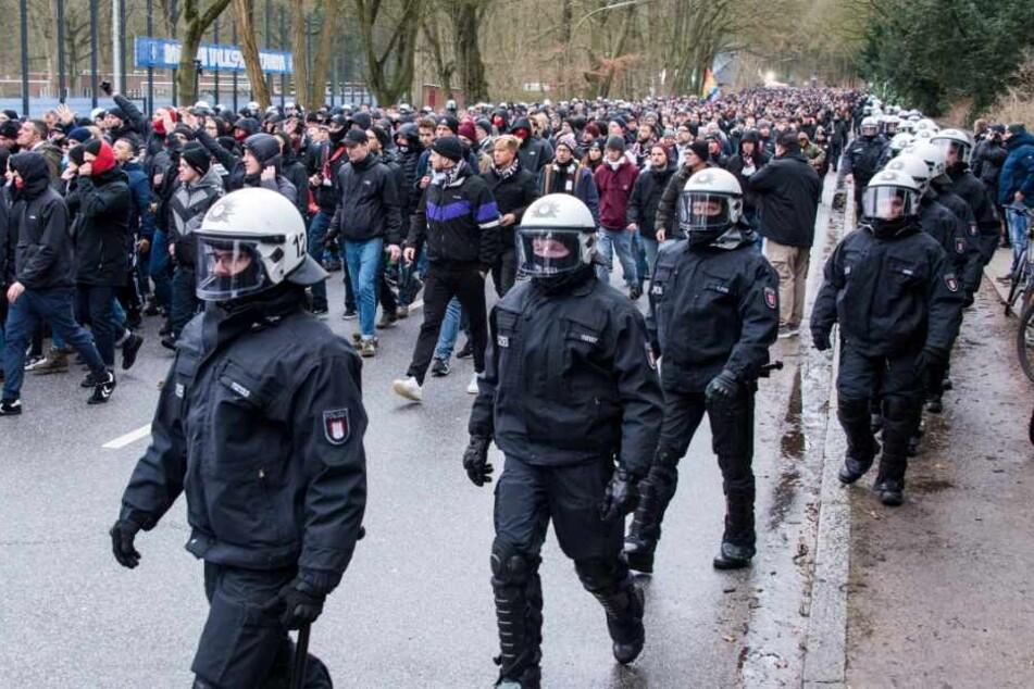 Die Fans des FC St.Pauli kommen von der Polizei begleitet am Stadion an.