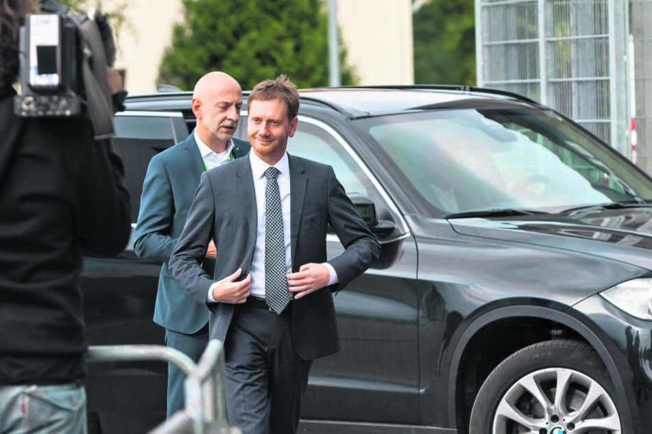 Mag Diesel-Fahrzeuge: Im schweren BMW ist Ministerpräsident Michael Kretschmer (43, CDU) vorgefahren. Auch bei seiner Landesflotte setzt der Regent eher auf Verbrenner als auf Elektromobilität.
