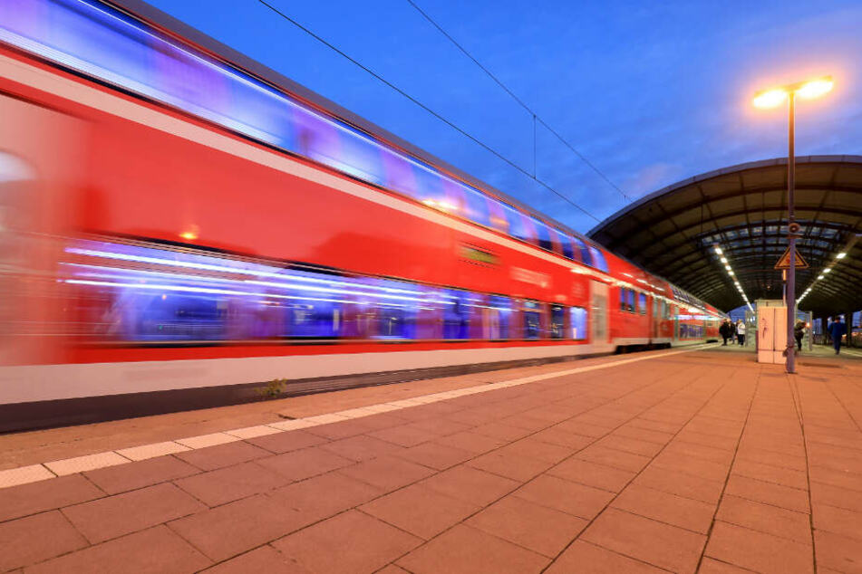 Ein Fahrgast alarmierte das Bahnpersonal. (Symbolbild)