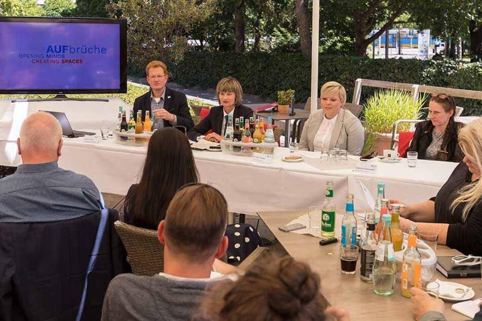 Projektleiter Ferenc Csák (42), OB Barbara Ludwig (56), Kulturbotschafterin Nicole Oeser (28) und Programmrätin Sabrina Sadowski (53, v.l.) haben den Titel zur Kulturhauptstadt-Bewerbung enthüllt.