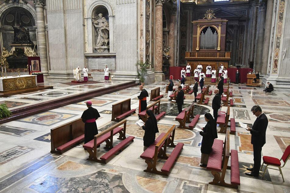 Papst Franziskus (li.) hält die Gründonnerstagsmesse im fast menschenleeren Petersdom im Vatikan. Die traditionelle Kreuzweg-Prozession am Karfreitag wird er wegen der Corona-Krise in diesem Jahr ohne Pilger begehen.