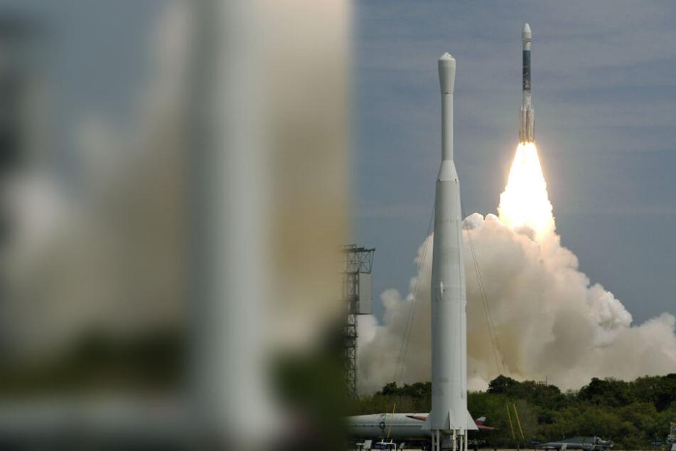 Start der Boeing Delta II Rakete in der Cape Canaveral Air Force Station - im Vordergrund ist eine ballistische Thor-Rakete zu sehen (Archivbild).