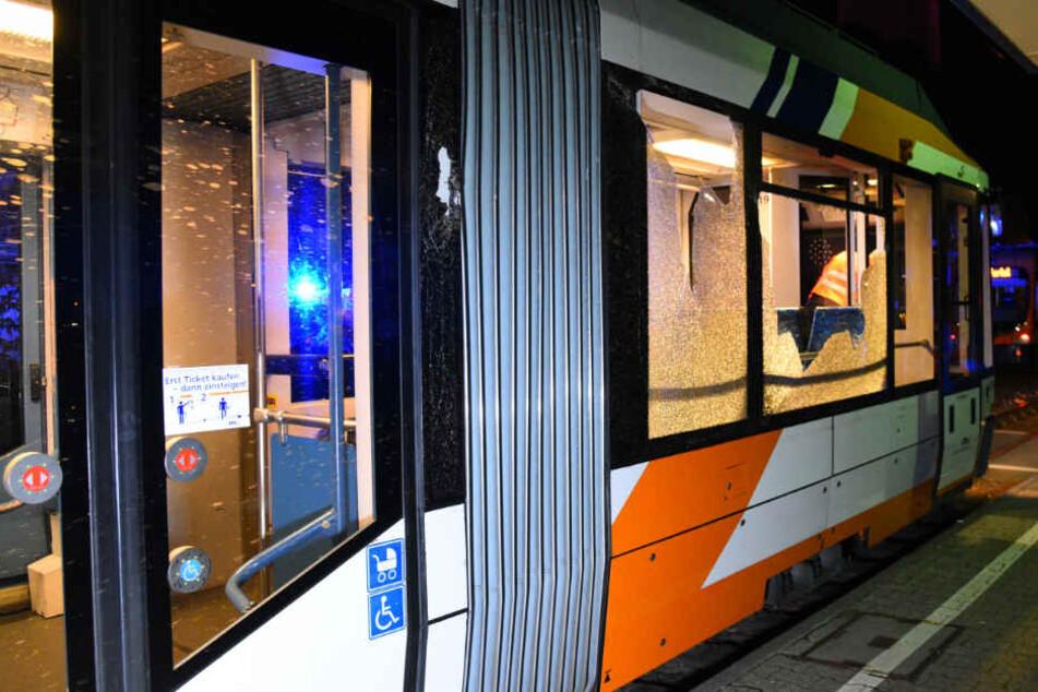 In einer Straßenbahn eskaliert der Streit. (Symbolbild)