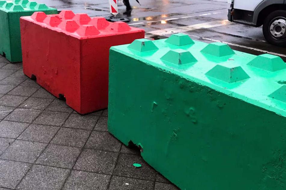 In Rot und Grün erstrahlen die Betonklötze.