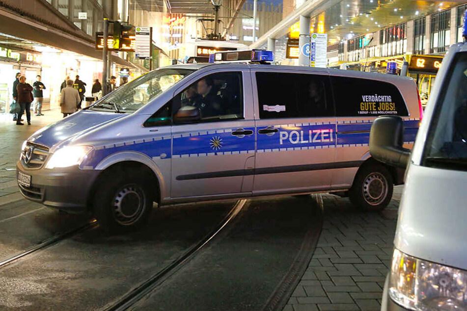 In der Rathausstraße gingen in der Nacht drei Unbekannte mit einem Messer und Flaschen auf eine Gruppe Männer los.