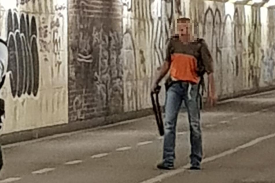 Mit diesem Bild sucht die Polizei nach einem der Tatverdächtigen.