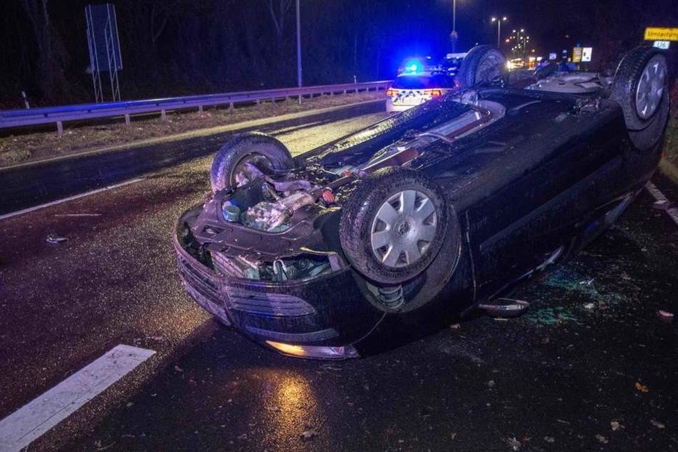 Ein VW überschlug sich am Freitagabend bei einem schweren Unfall auf dem Magdeburger Ring.