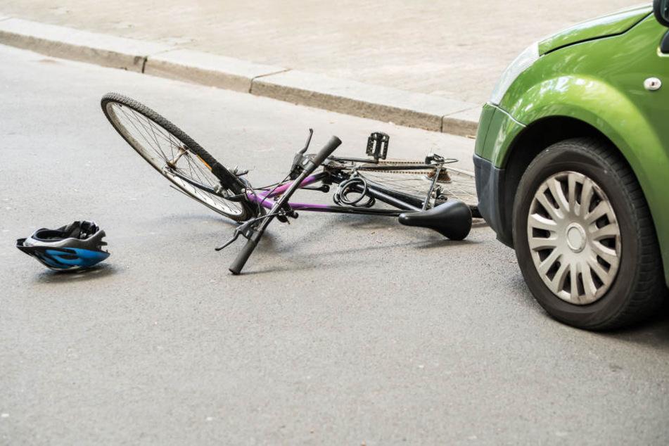 Bei dem Unfall erfasste das Auto eine Radfahrerin (Symbolbild).