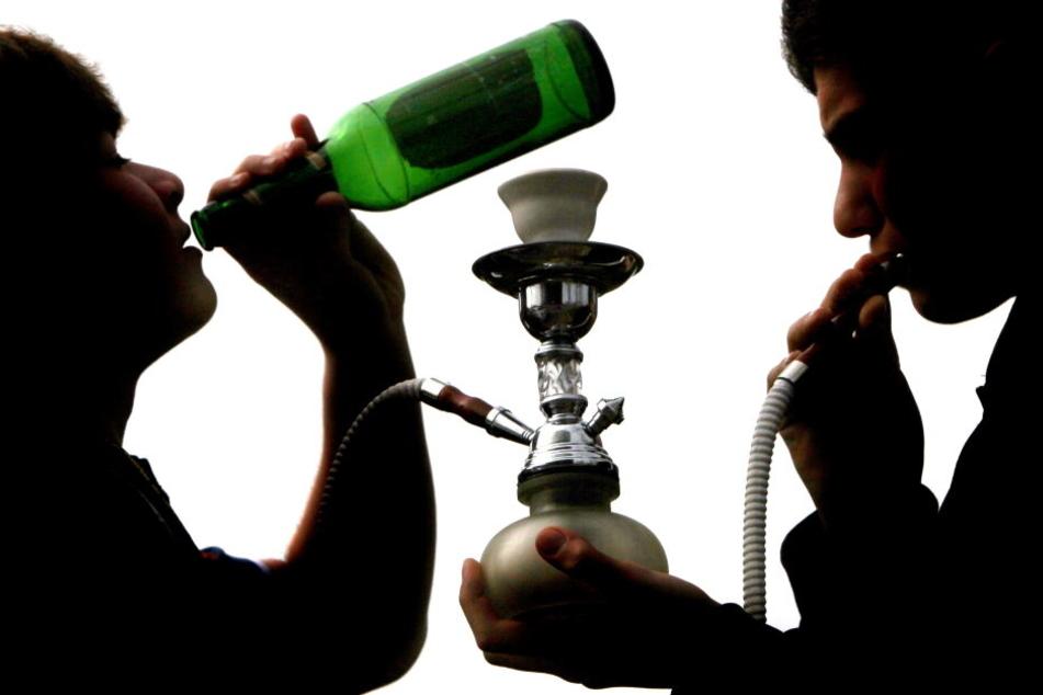 Jugendliche trinken Bier und rauchen eine Wasserpfeife (Symbolbild).
