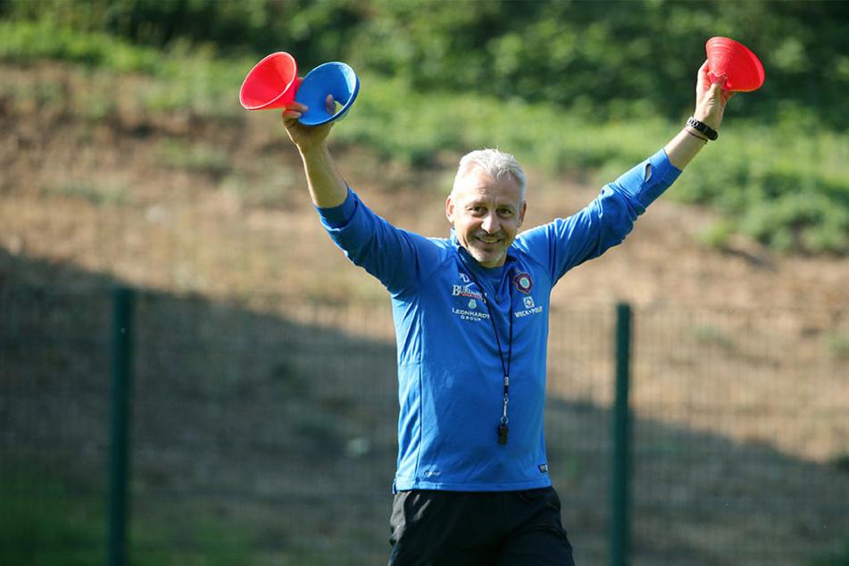 Pavel Dotchev halt zwar nur drei Hütchen hoch, wünscht sich aber vier Punkte aus der englischen Woche.