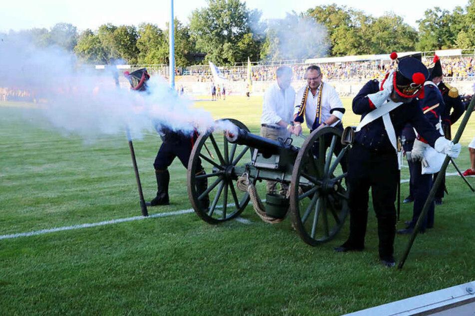 Mit einem Kanonenschlag im Bruno-Plache-Stadion wurde die neue Regionalliga-Saison eröffnet.