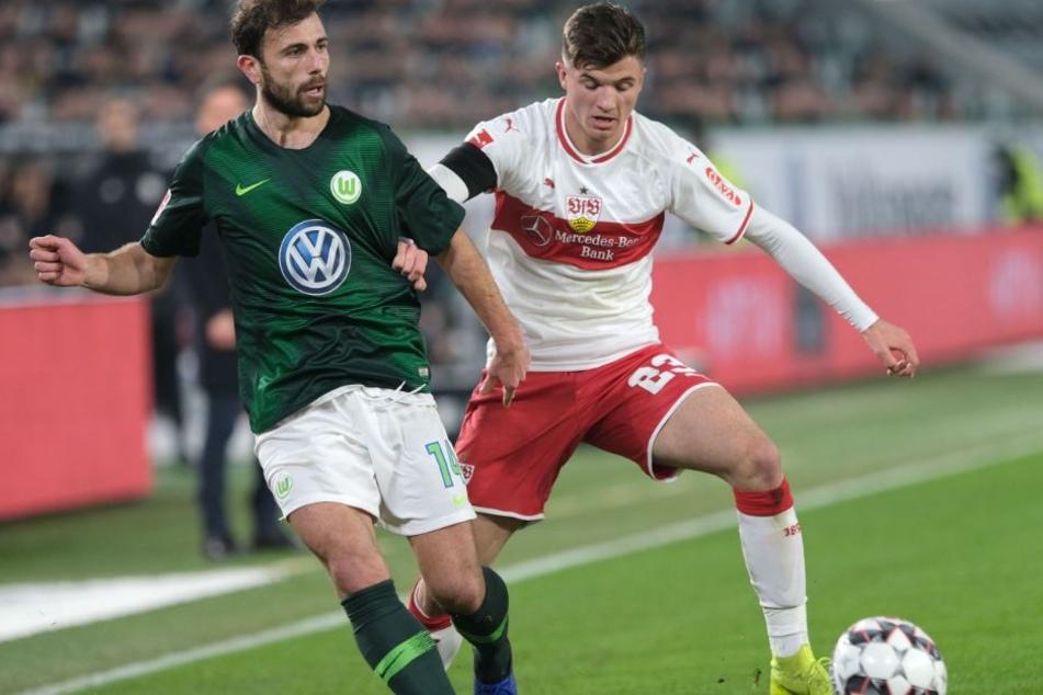 Kampf um den Ball: VfL-Offensivmann Admir Mehmedi (l.) und VfB-Jungstar Antonis Aidonis (17).