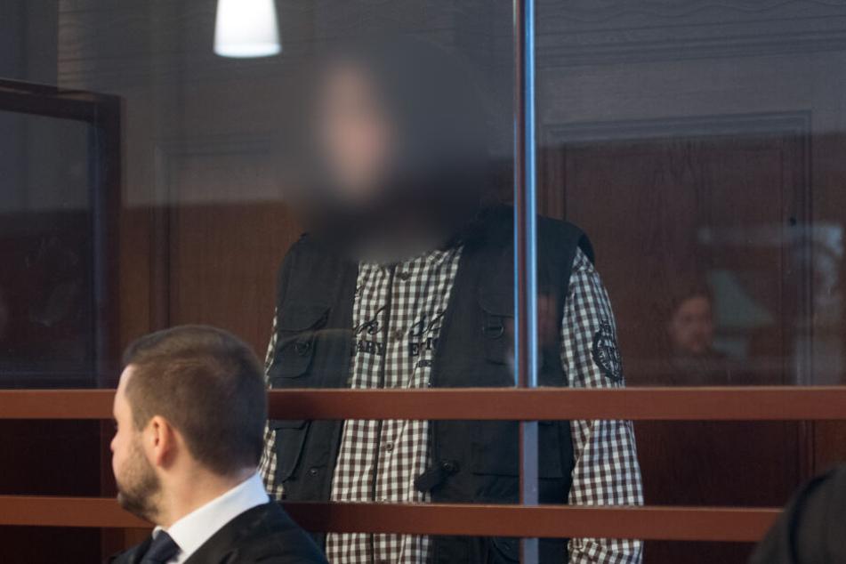 Einer der Angeklagten zu Prozessbeginn.