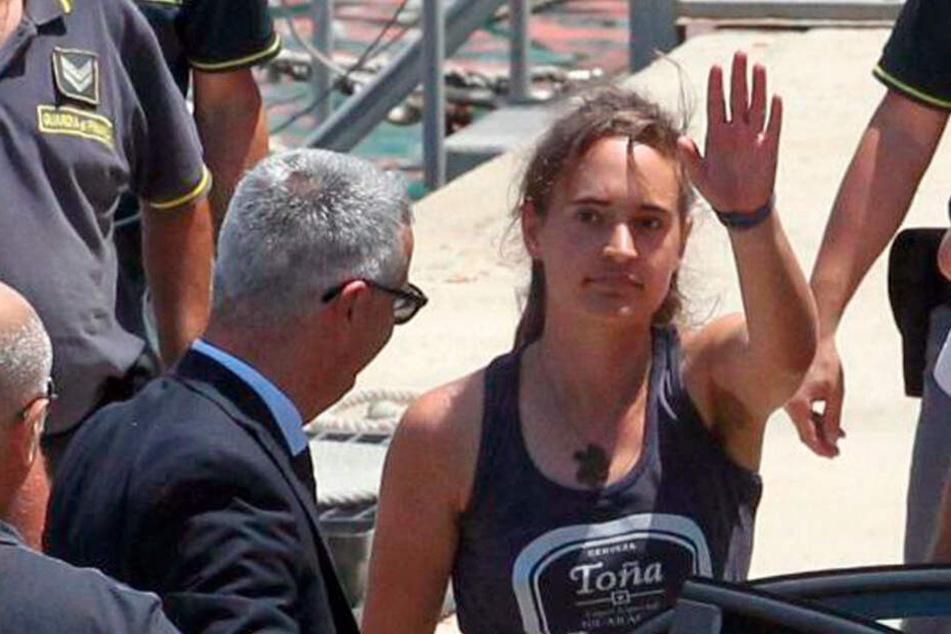 Carola Rackete wurde von der italienischen Polizei abgeführt.