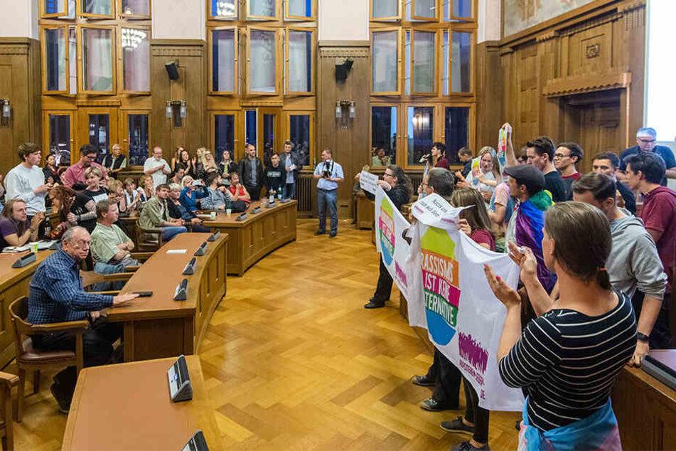 """""""Aufstehen gegen Rassismus"""" protestierte im Ratssitzungsaal gegen rechte Politiker."""