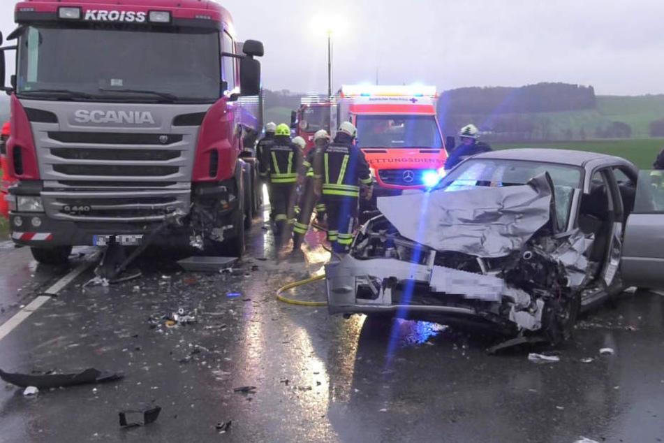 Horror-Unfall mit zwei Toten: BMW rast auf nasser Straße frontal in Lkw