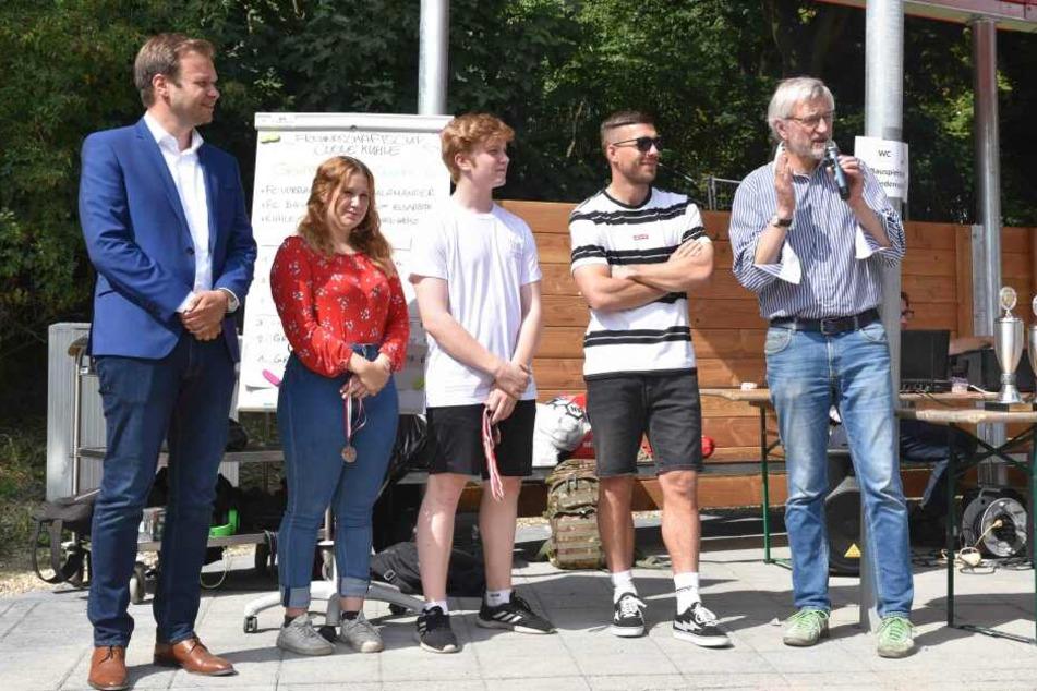 Lukas Podolski eröffnet neuen Bolzplatz am Römerpark mit klarer Ansage