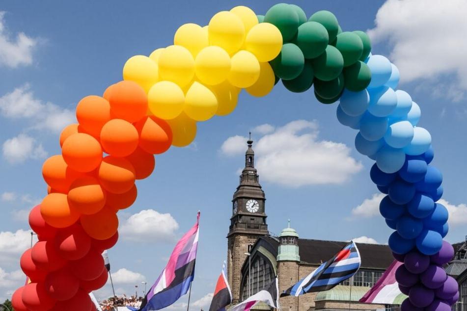 Bunte Luftballons sind bei der Parade zum CSD vor dem Hauptbahnhof zu sehen.