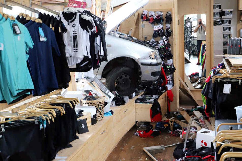 Bei dem Unfall entstand ein Schaden von mehreren Zehntausend Euro.