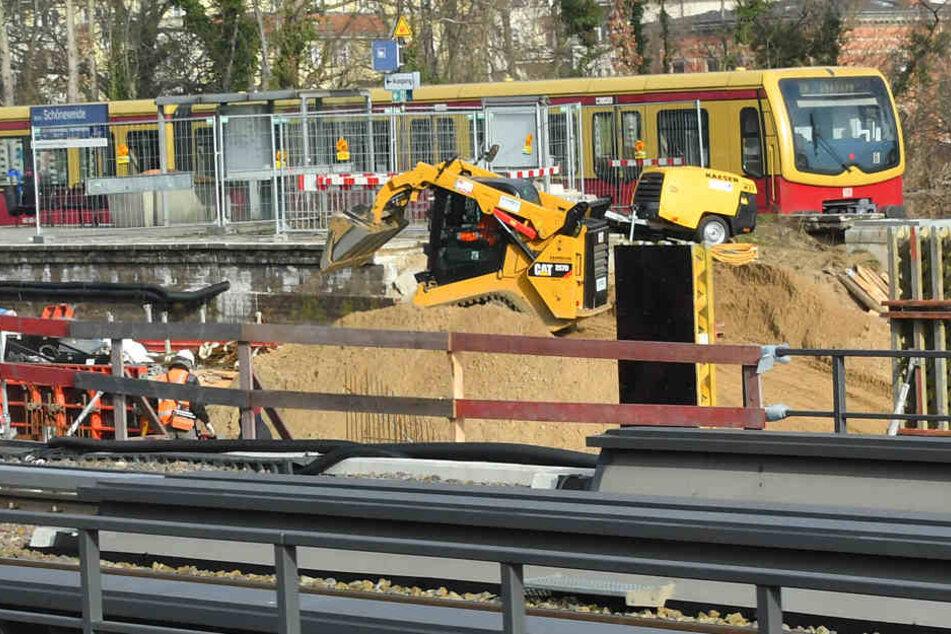 Ein S-Bahn passiert eine Brückenbaustelle am Bahnhof Schöneweide.