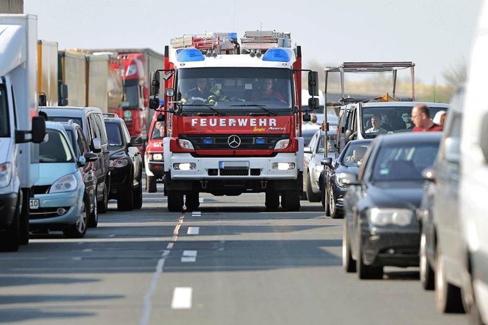 So soll eine Rettungsgasse aussehen: Die Autos fahren an die Seite, der Rettungswagen kommt durch. Doch wenn einige wenden und die Rettungsgasse missbrauchen, um zurückzufahren, dann geht gar nichts mehr.