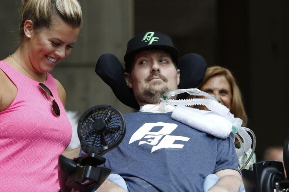 """Pete Frates (r), Mitinitiator der """"Ice Bucket Challenge"""", schaut seine Frau Julie während einer Zeremonie in der City Hall in Boston an."""