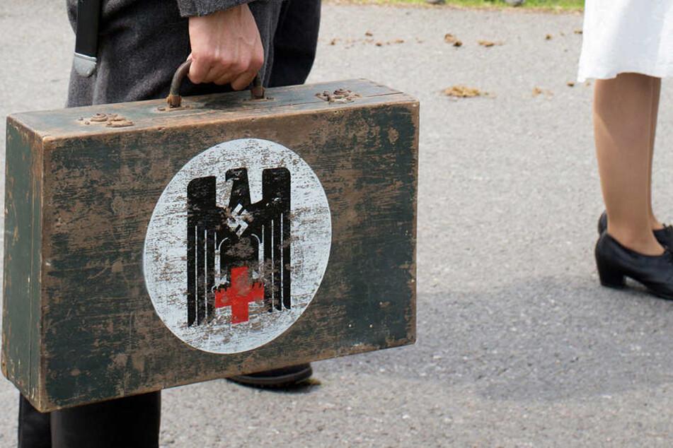 Ein Teilnehmer trug auf seinem Koffer ganz offen ein Hakenkreuz.