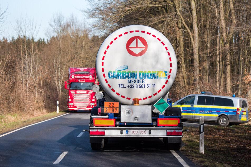 Ein Lastwagen bringt Kohlendioxid zum Betrieb, um die Hühner zu töten.