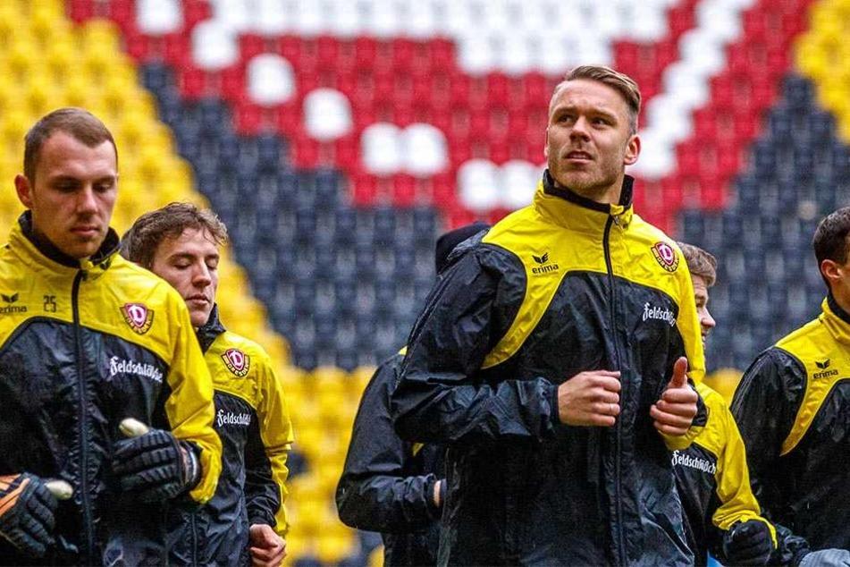 Der Blick geht nach oben: Marcel Franke (vorn, r.) bei seinem ersten Training nach der Rückkehr zu Dynamo.