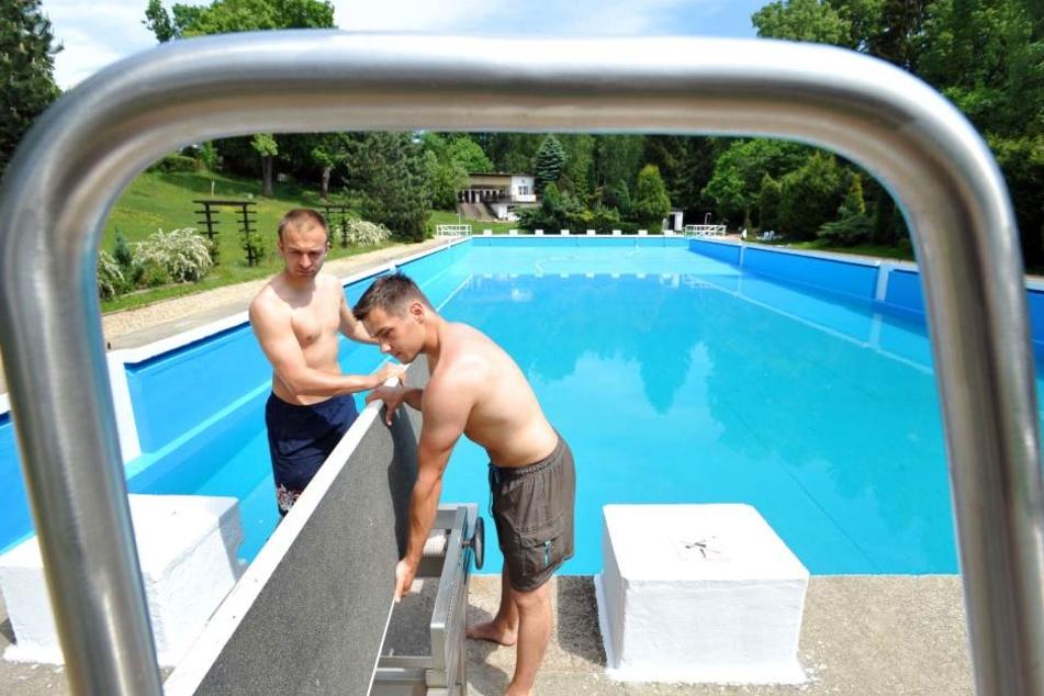 Schönes Bad: Hier befestigen Felix Kreißel (li.) und Maik Fischtner das Sprungbrett.