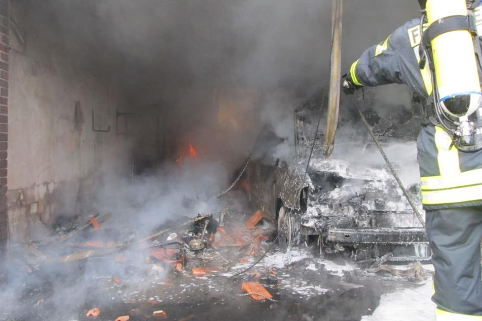 Der Brand startete in einer Garage. Das Auto brannte vollständig aus.
