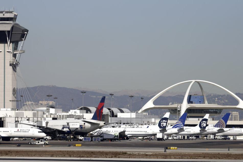 Flugzeuge stehen auf dem Rollfeld am Los Angeles International Airport. (Archivbild)