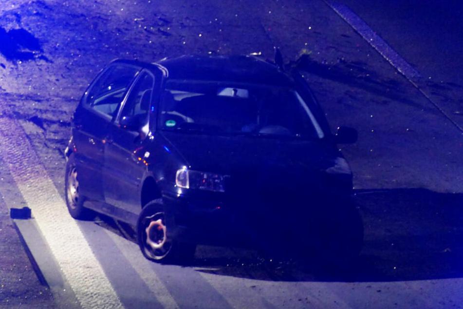 Das Auto krachte in die Mittelleitplanke und wurde erheblich beschädigt.