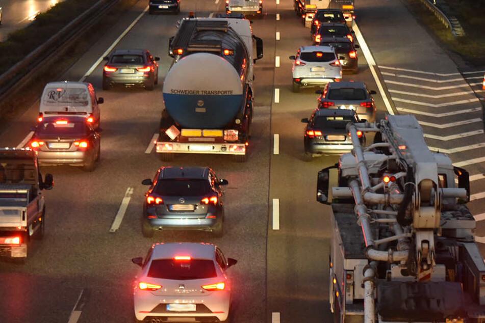 Reifenplatzer auf Autobahn löst Unfallkette aus
