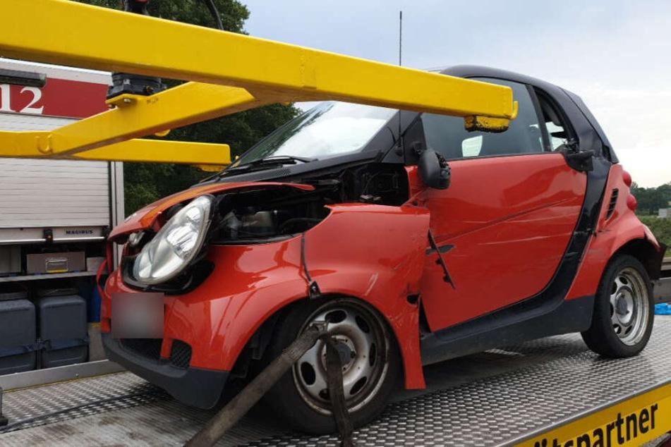 Die Fahrerin dieses Smarts war mit einem Lastwagen kollidiert.