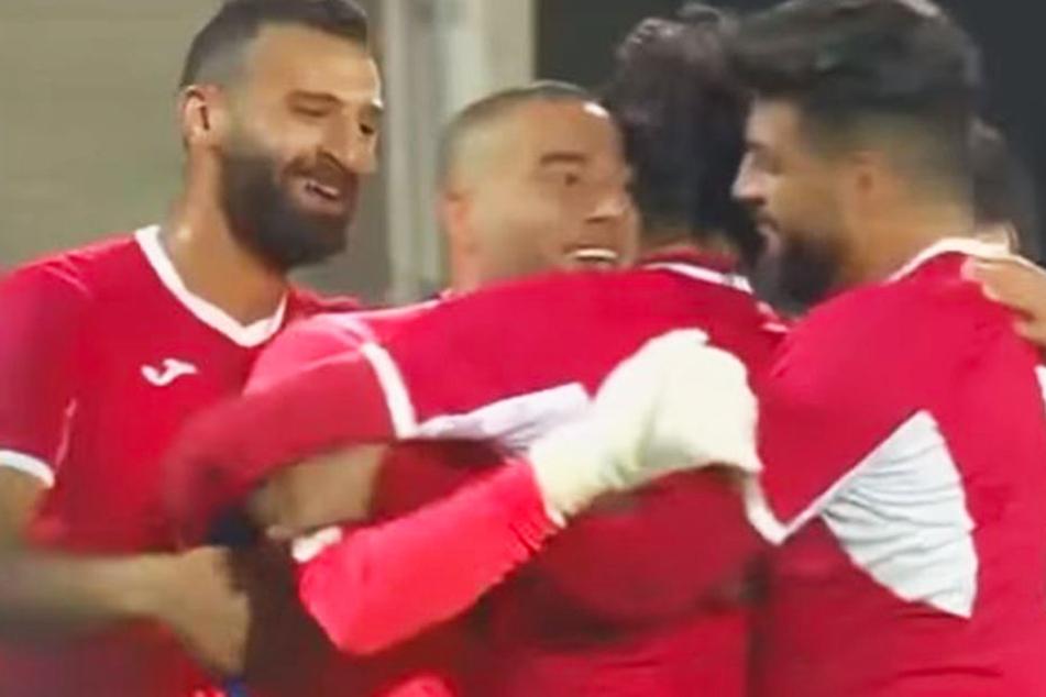Der jordanische Torhüter Amer Shafi (Zweiter von l.) brachte sein Land mit einem Sensationstor mit 1:0 in Führung!