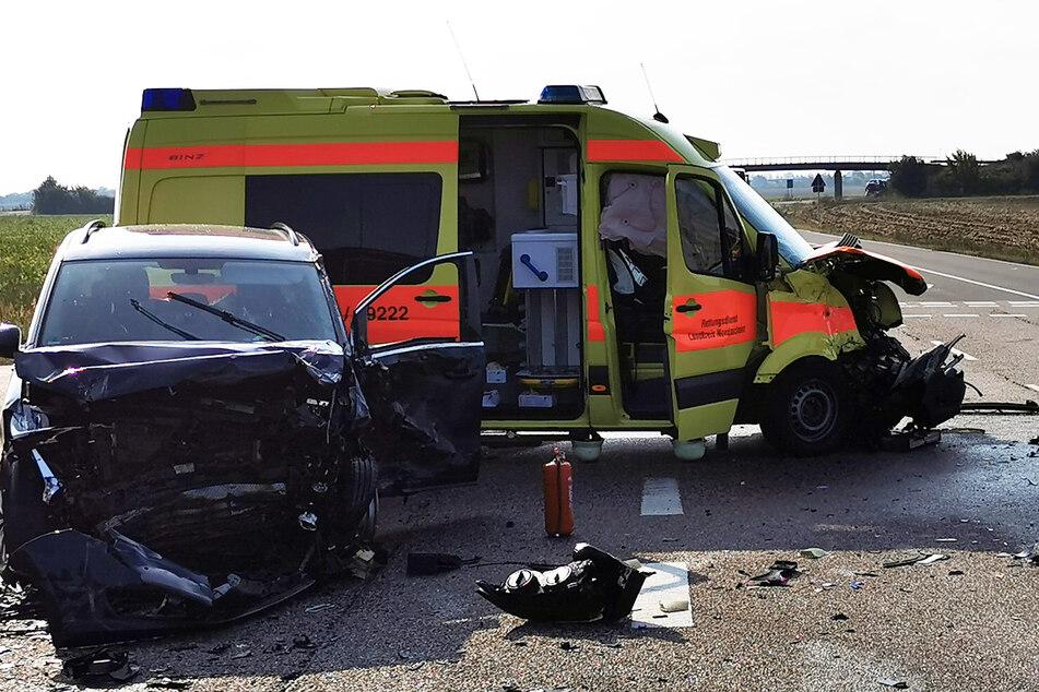 Am Montagmorgen stießen ein Auto und ein Krankenwagen zusammen.