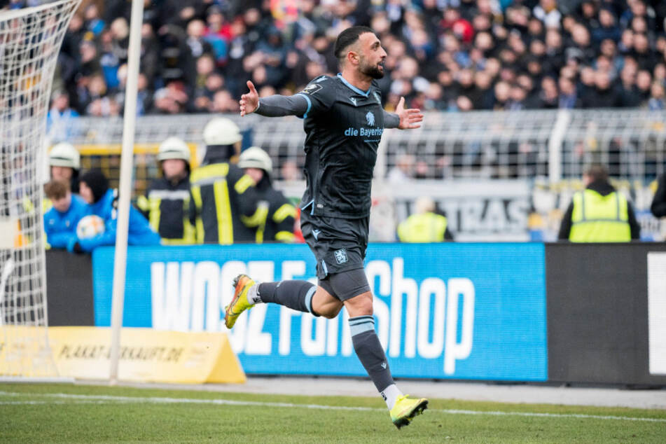 Efkan Bekiroglu vom TSV 1860 München feiert seinen Treffer zum 2:0.
