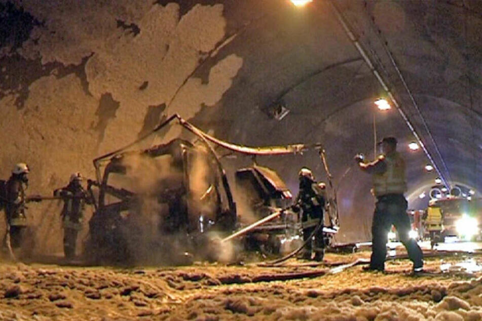 """Zu Pfingsten 2013 sorgte ein Lasterbrand für monatelange Sperrung des Tunnels """"Königshainer Berge""""."""