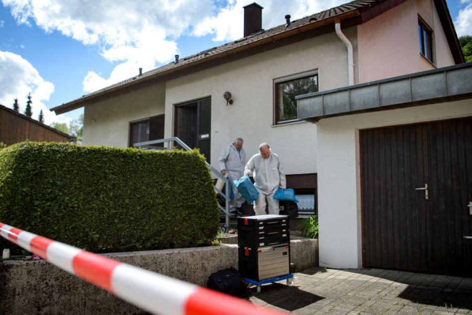 Künzelsau im April: Ermittler kommen aus dem Haus, in dem das Kind gefunden wurde.