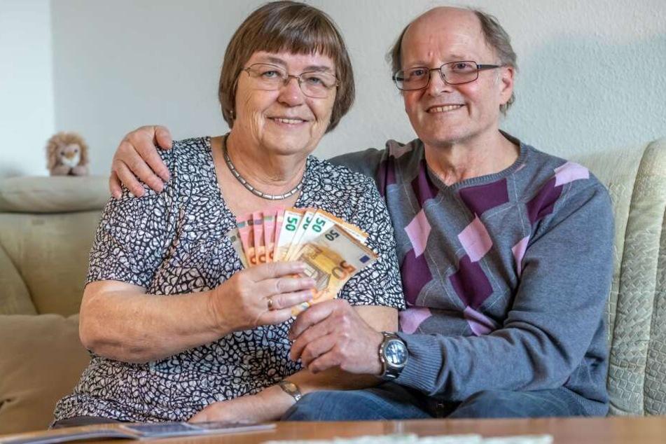 Sie sind Sachsens ehrliche Finder: Joachim (70) und Christiane Putschke (69) aus Chemnitz fanden in der Münchner Frauenkirche eine Tasche mit gut 23.000 Euro und brachten sie zur Polizei.